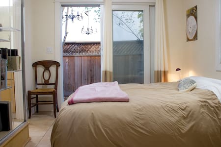 Small room in shared downtown house - private bath - Santa Cruz - Huis