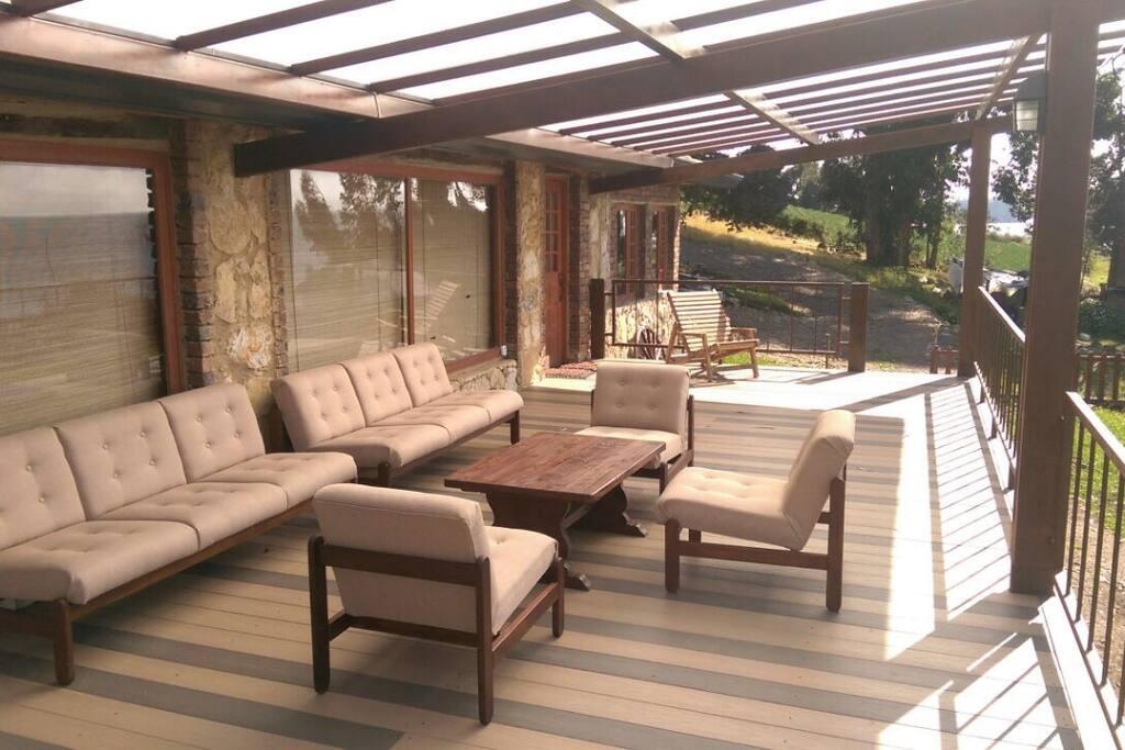 Amplia terraza con muebles cómodos  para disfrutar el paisaje.