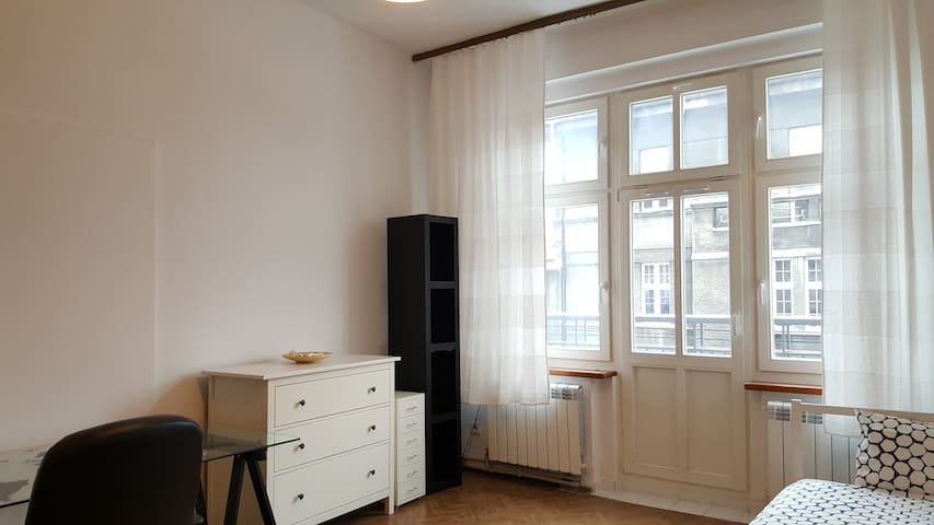 Cool Room with balcony in the City Center - Katowice - Departamento
