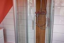 Dusche mit zusätzlichem Kneipp-Schlauch zur Erfrischung nach der Sauna.