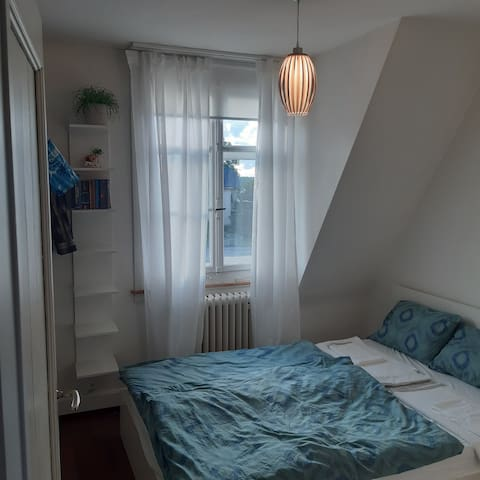 Schlafzimmer mit Doppelbett (140 x 200), Schrank und Garderobe