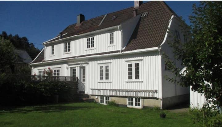 Sørlandshus i idyllisk hageby