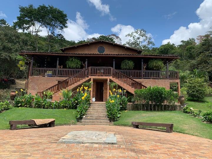 Linda casa de campo em santuário ecológico