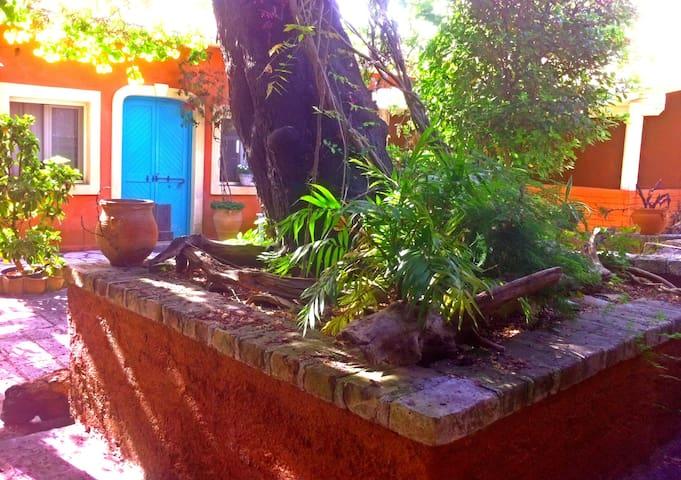 Corfu town garden cottage (area photo guide).... - Kerkira - House