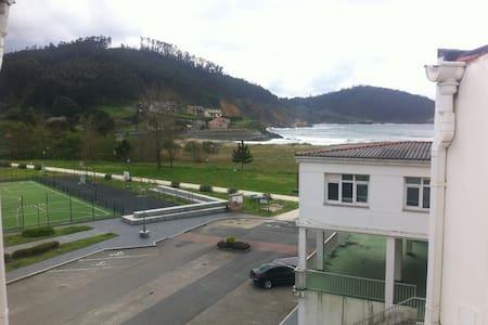 Atico en linea de playa - O Porto de Espasante - Daire