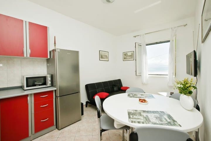 Lovely apartment close to the beach (4+1) - Kaštel Štafilić - Lägenhet