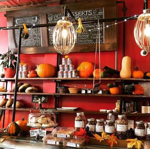 Sweet Lee's Boulangerie Rustique. Leur Instagram fait tout le travail pour eux!  https://www.instagram.com/explore/locations/242199372/sweet-lees-boulangerie-rustique/
