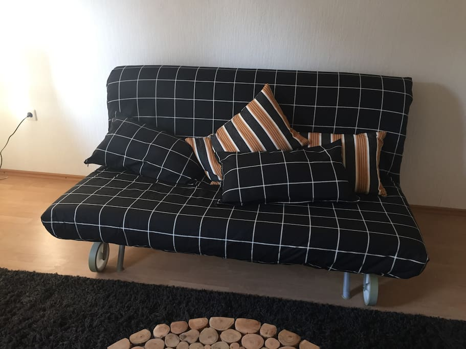 Wohnzimmer mit Ausziehcouch / Living room with sofa bed