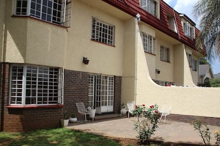 Private room, large Central Harare townhouse - Harare - Apartment