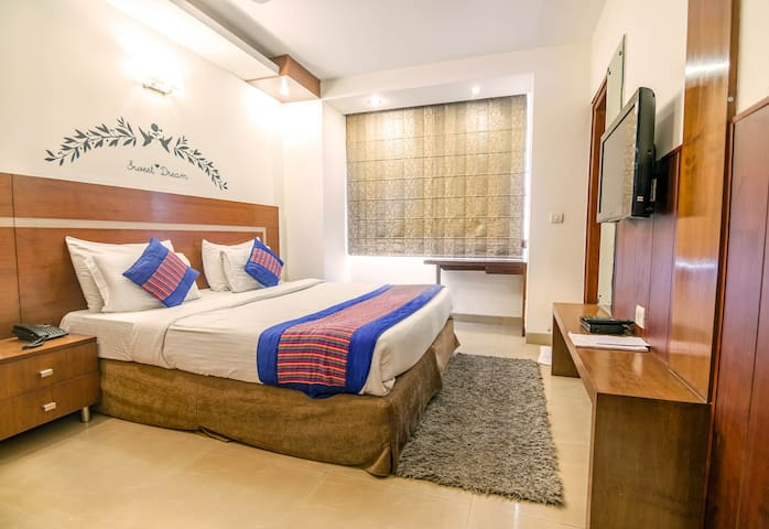 Comfortable room/ 1 minute walk to IFFCO metro