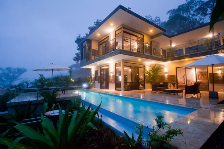 Luxury tropical contemporary villa with ocean view - Uvita - House