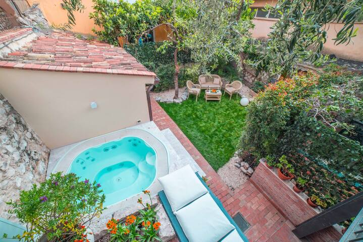 Private villa with jacuzzi in Taormina center
