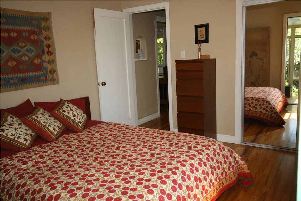 Master bedroom w/queen bed w/memory foam mattress