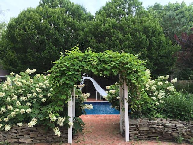 Beautiful Home - Greenport Getaway