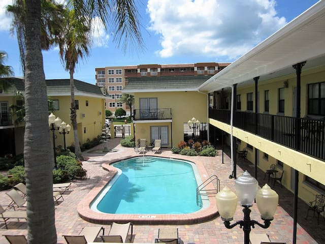 Hidden gem: Comfy Balcony Studio - Redington Beach - Apartment