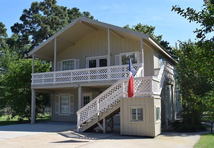 2 Story Lakehouse with Waterviews - Livingston