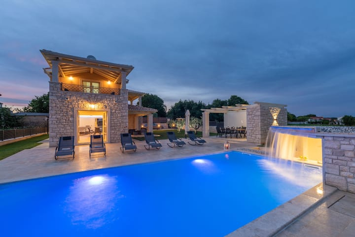 Villa Vistra, Brand New Luxury Villa with Poolbar