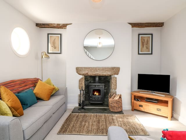 SALTWATER, with open fire in Porthleven, Ref 975567