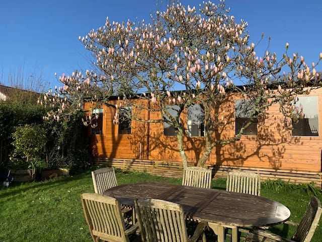 The Summer House, ( Cosy wooden cabin / private)