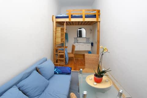 Blauer Salon mit Hochebene, Schreibplatz, Esstisch und Waschplatz