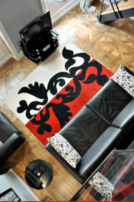 tapis Christian Lacroix et canapé cuir