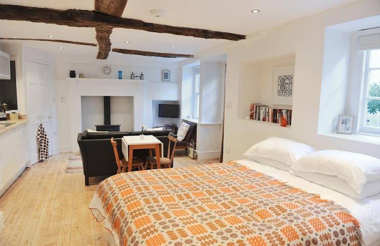 Kingsize bed with 100% cotton linen and vintage Welsh blanket