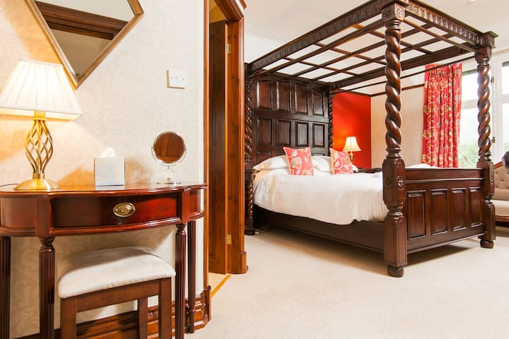 Bedroom 2: King size four poster bed, ensuite, TV, Blu-ray player, panoramic views.  Newly decorated in 2017.