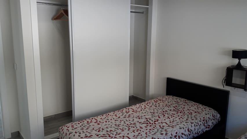 Chambre climatisée,  2 Lits jumeaux et grand espace de rangement.