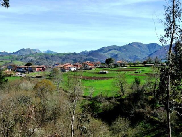 Vista del pueblo de Valles. En esta foto podéis ver los Picos de Europa