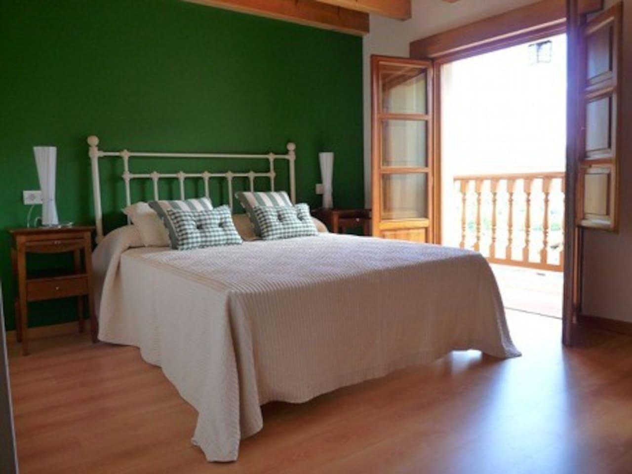 Habitación verde, desde donde podéis ver los Picos de Europa y la Sierra del Sueve.