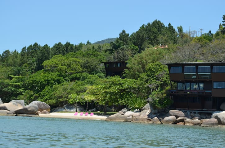 View of the beach house (on the right) and of the rocks&trees house (on the left)