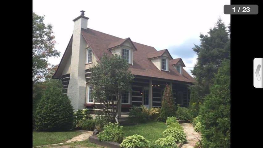 Belle maison pièce sur pièce, - Sainte-Agathe-des-Monts - Huis
