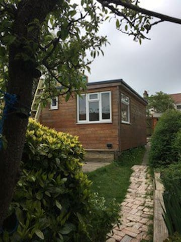 Self contained cabin with patio - Brighton - Chalet