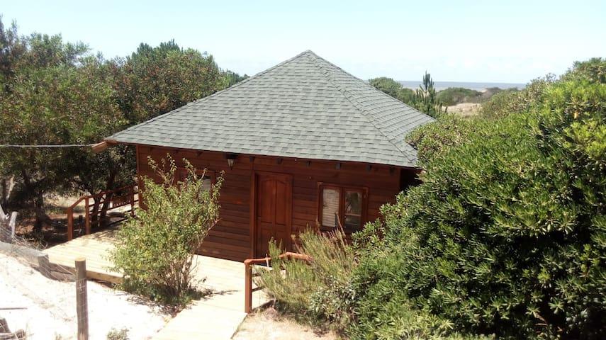 Cabaña de madera, ambiente natural a pasos del mar