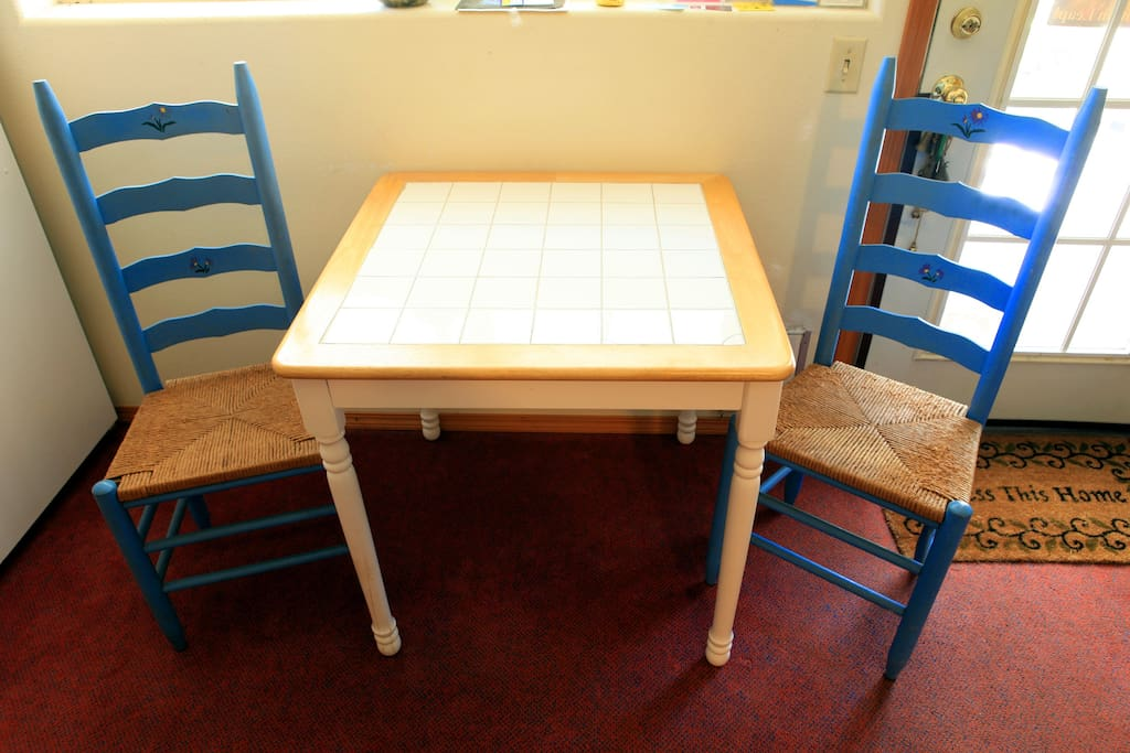Table & chairs in kitchenette.