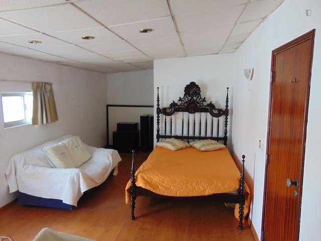Estúdio 100 m2 para 1 Pessoa - Corroios - Dom