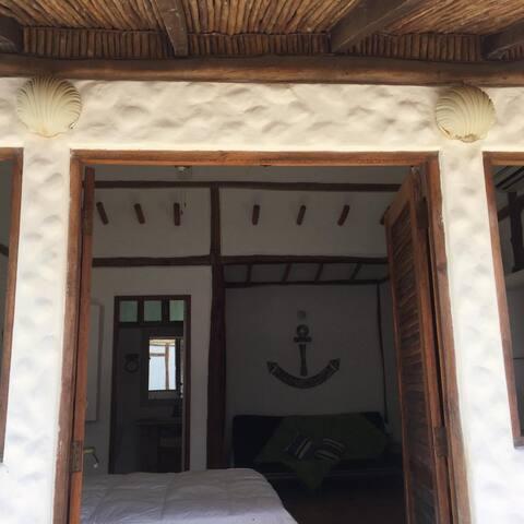 Puertas dobles de madera como en todos los cuartos con acceso amplio a los cuartos. Este es El Ancla