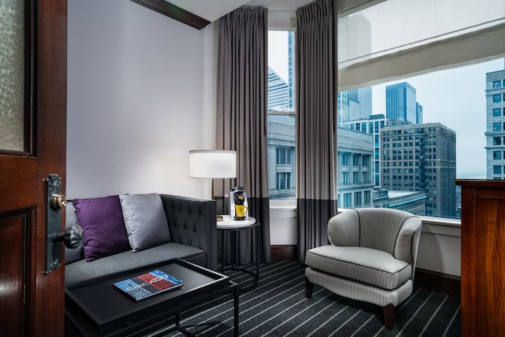 Staypineapple Chicago, King Suite Mobility Acc