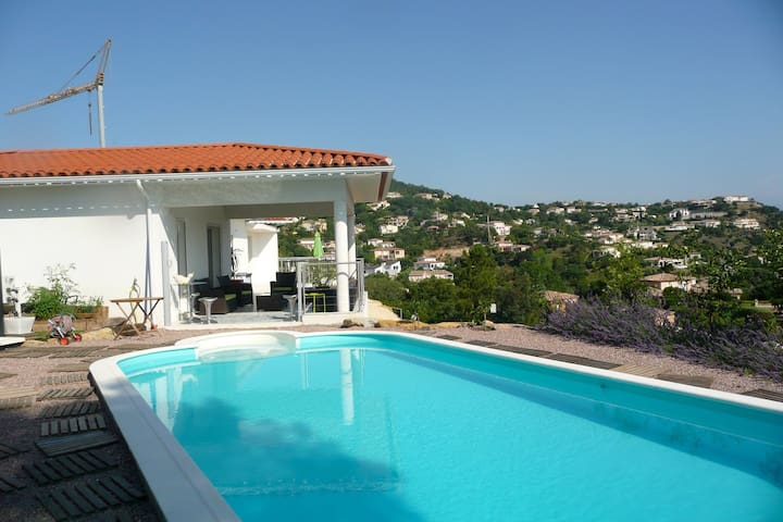 Logement neuf de 65 m2 dans villa - Les Adrets-de-l'Estérel - Casa