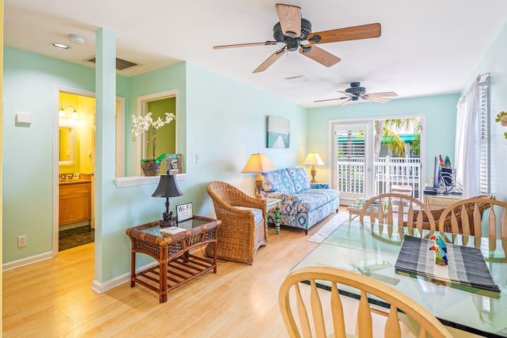 Corner unit condo w/ new kitchen - steps to Duval & Mallory Square!