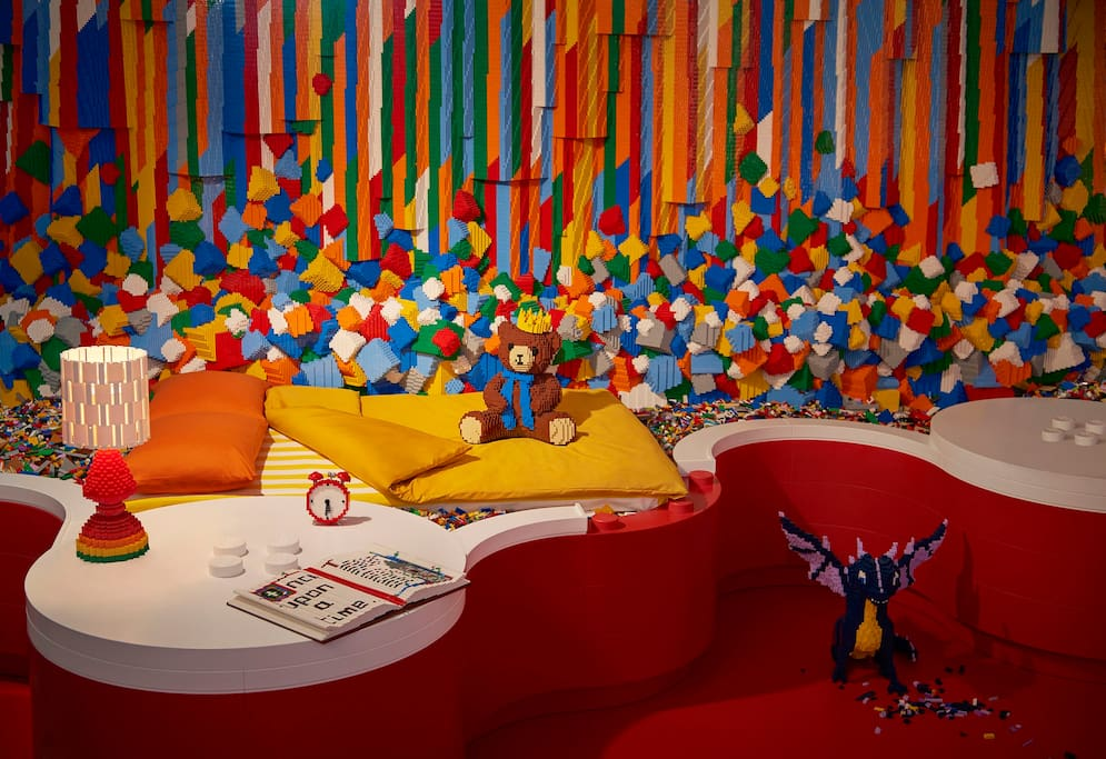 Flip the switch on your LEGO lamp and drift off to sleep underneath a magical, multicolored LEGO waterfall.
