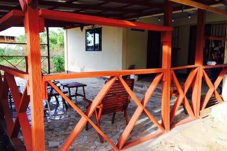Dit is ons buiten plekje in de stad - Paramaribo - Haus