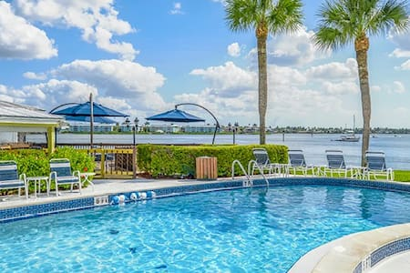 Resort Condo on Naples Bay -Walk to Beach+5th Ave