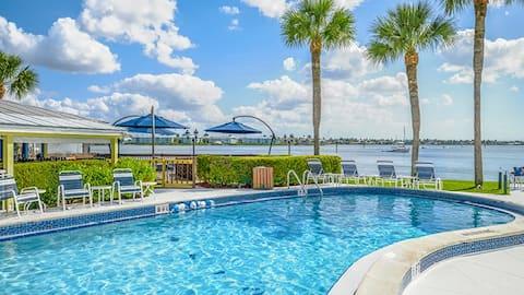Resort Condo on Naples Bay -Walk to Beach+5th Ave