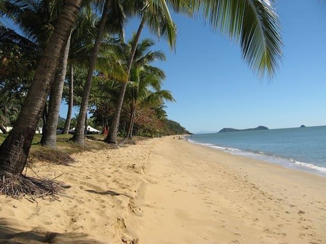 Trinity Beach - beach-side experience! - Trinity Beach - Lejlighed
