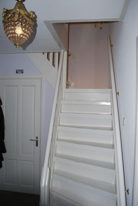Hal met trap naar slaapkamers-badkamer