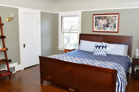 Multi-room suite in historic home - Portland - House