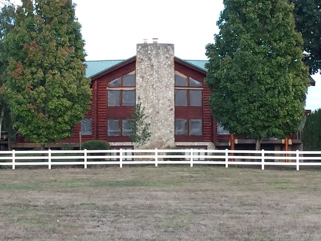 Log cabin on 8 beautiful acres! - Canby - Stuga