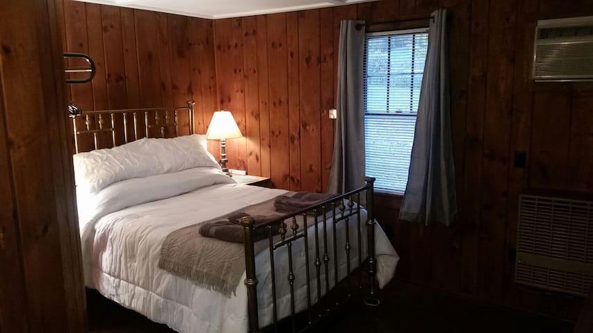 Historic Cozy Cabin Six
