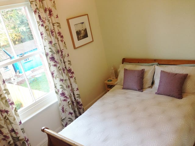 Comfortable peaceful room - Bournemouth - Huis